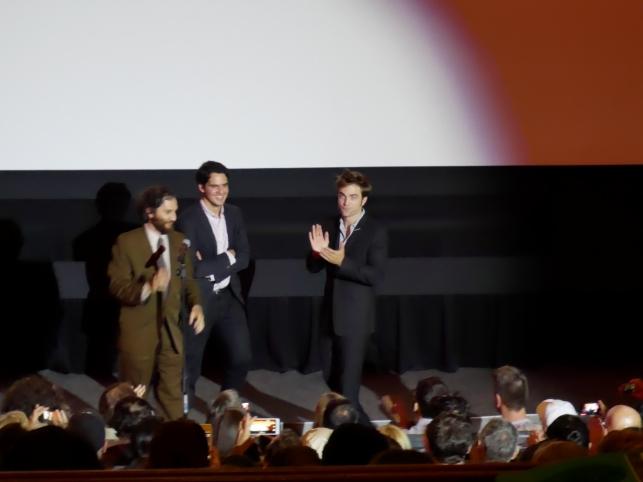De gauche à droite : Joshua Safdie, Ben Safdie, Robert Pattinson