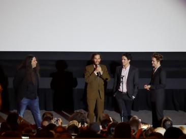 De gauche à droite : Mitch Davis, Joshua Safdie, Ben Safdie, Robert Pattinson